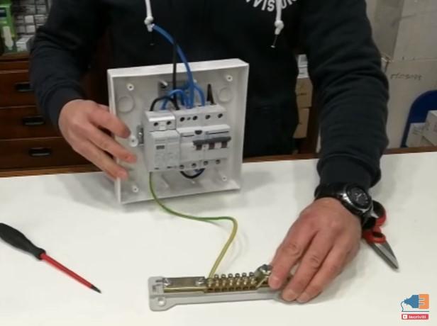 Quando collegato lo scaricatore di sovratensione di Tipo 2 elimina le sovracorrenti provocate dalla rete enel